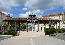 Je vous propose de commencer notre balade quotidienne en Nouvelle-Aquitaine, à Baignes-Sainte-Radegonde. Commune de l'arrondissement de Cognac, capitale du Petit Angoumois, elle se situe dans le département ...