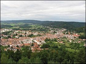 Dans quel département de la région Grand Est se situe la commune de Bruyères ?