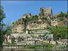 Dans quel département de la région Nouvelle-Aquitaine se situe le village de Beynac-et-Cazenac ?