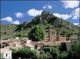 Dans quel département de la région Occitanie se situe le village de Saint-Guilhem-le-Désert ?