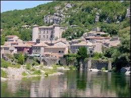 Quel est le nom de ce village situé dans le département de l'Ardèche ?