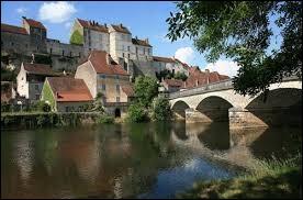 Dans quel département de la région Bourgogne-Franche-Comté se situe le village de Pesmes ?