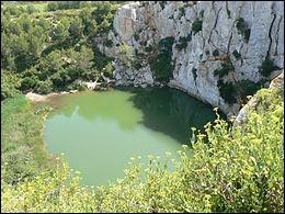 Le gouffre de l'Œil doux est un cénote situé sur la commune de Fleury dans le massif de la Clape, Retrouvez son département.