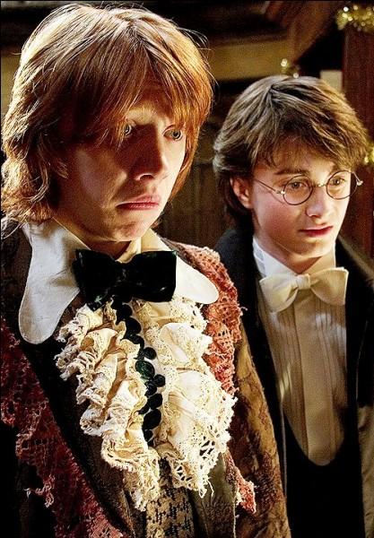 Quel professeur apprend à Ron à danser lors du bal ?