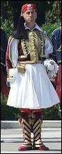 Définition du dictionnaire : court jupon masculin, tuyauté et empesé, qui fait partie du costume national grec. C'est une ...