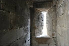 Quel nom portent les ouvertures étroites des châteaux forts ?