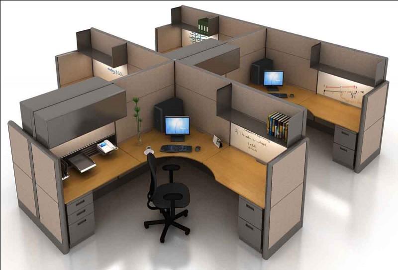 Une dizaine de petits bureaux comme sur l'illustration y sont installés. Combien de livres voyez-vous sur le bureau du premier plan ?