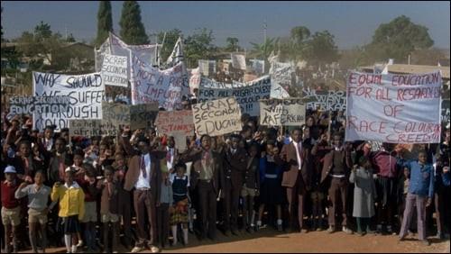 A Johannesburg, en 1976. Ben du Toit, Afrikaner, professeur d'histoire, voit son jardinier noir, Gordon, et son jeune fils Jonathan, être arrêtés, et tués. Quel est ce film sur l'Afrique du Sud de l'Apartheid, avec Donald Sutherland et Susan Sarandon ?