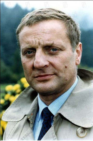 """Il était Lucien Sampaix dans """"Section spéciale""""; on l'a vu aussi dans """"Espion, lève-toi"""" et dans """"Tenue de soirée"""" : c'est ..."""