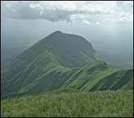 Le Loma Mansa est le point le plus haut sommet de la Sierra Leone : à quelle altitude culmine-t-il ?