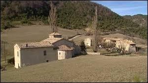 Voilà un village où vous serez au calme. Village le moins peuplé de France avec son unique habitant, Rochefourchat, dans la Drôme, se situe en région ...
