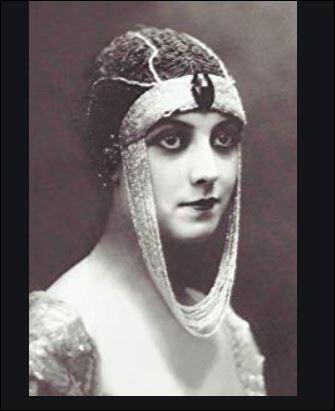 1925- Devenue muse des surréalistes et première vamp du cinéma muet, Musidora a marqué son époque par son regard, sa silhouette et sa gestuelle bien à elle. Quels furent ses débuts avant d'être remarquée par Louis Feuillade, directeur artistique de la Société Gaumont ?