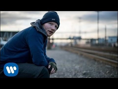 Sur cette image, Ed Sheeran chante...