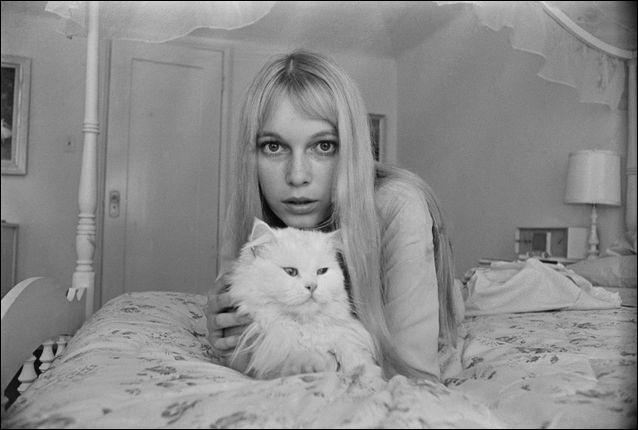 A New York, cette actrice américaine qui a joué dans plus de 40 films se prend d'affection pour ce persan blanc (1968).Indices : actrice née en 1945 - films notables : Rosemary's baby - Hannah et ses soeurs - Arthur et les Minimoys
