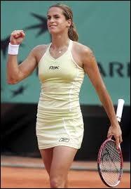 Cette joueuse de tennis française qui a remporté l'Open d'Australie et Wimbledon en 2006, se prénomme ...