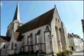 Nous sommes dans le Centre-Val-de-Loire devant l'église Saint-Christophe-et-Saint-Phalier de Chabris. Ville de la région naturelle du Boischaut Nord, elle se situe dans le département ...