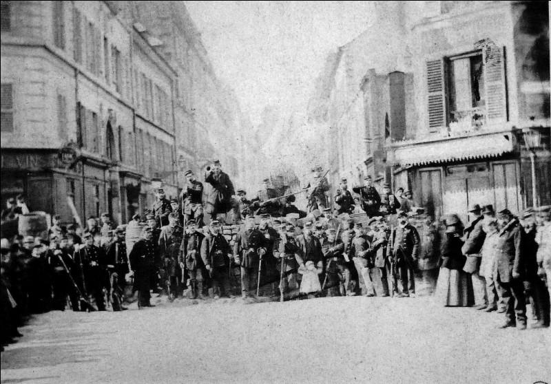 Comment sont appelés les insurgés de la Commune de Paris en 1871 ?