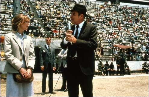 Charles, jeune journaliste américain, et sa compagne Beth, se sont installés dans la capitale du Chili, Santiago. Mais suite au coup d'État du 11 septembre 1973, Charles disparaît brusquement. Son père part à sa recherche. C'est ...