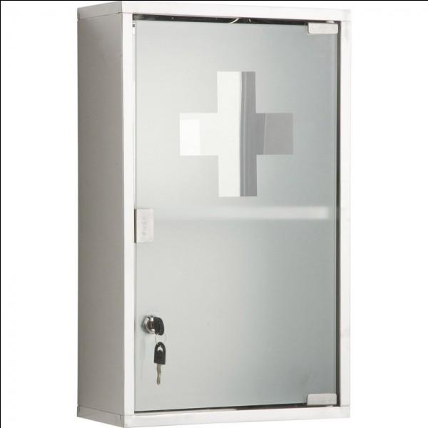 Fermée à clef, on y trouve bon nombre de médicaments et pansements afin d'assurer une première prise en charge d'une personne blessée ou malade. C'est une armoire...