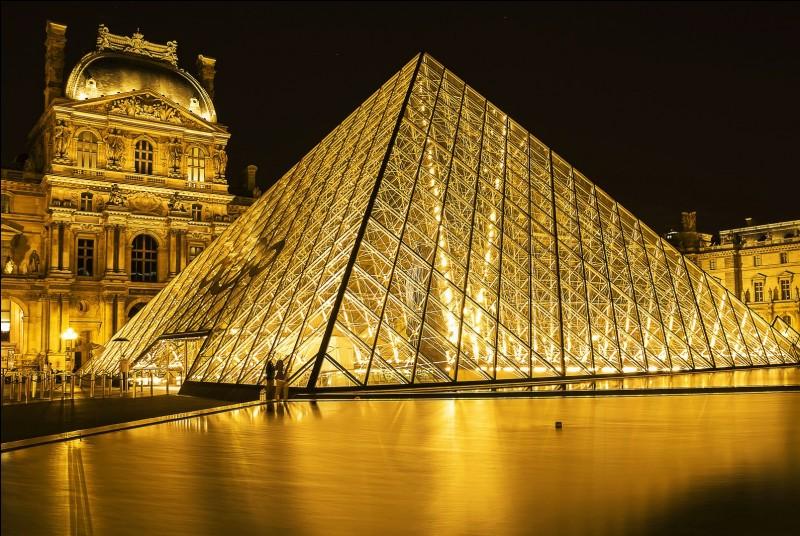 Quel président de la République est à l'origine de la pyramide du Louvre ?