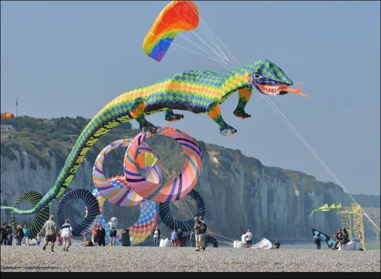 Quel est ce festival reconnu au niveau international qui se tient tous les deux ans en septembre et qui transforme la ville de Dieppe et son front de mer en un gigantesque terrain de jeu ?