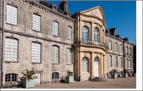 """À Valognes, on peut découvrir de nombreux hôtels particuliers comme l'hôtel de Beaumont , l'hôtel de Grandval-Caligny etc..Surnommée le petit """"Versailles normand"""", de quel label bénéficie cette cité historique ?"""