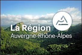La région Auvergne-Rhône-Alpes est entourée par trois régions (nouvelles régions).