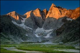 Le pic de Vignemale se trouve dans le massif des Pyrénées.