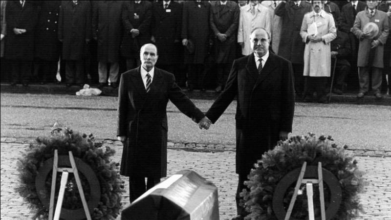 En 1984, le président français François Mitterrand et le chancelier allemand Helmut Kohl se rencontrent (voir photographie). Pourquoi ?
