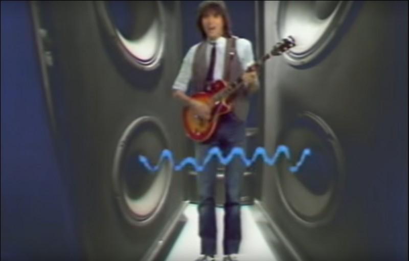 Entouré d'enceintes, guitare à la main sur une de ses chansons les plus connues voici J-J Goldman en 1982. Quel titre interprétait-il sur ce clip ?