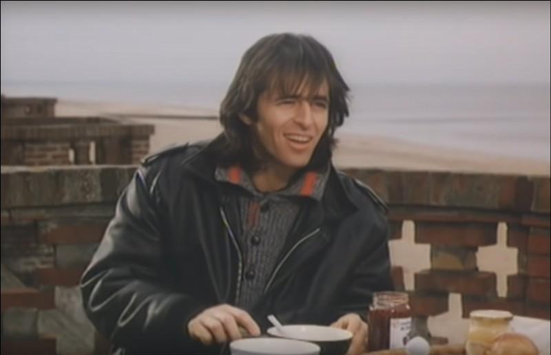 """Dans ce décor à marée montante où Goldman livre son âme à son aimée en lui disant """"Pourquoi je saigne..."""" retentit une mélodie de guitare électrique. Quel titre interprétait-il dans ce clip ?"""