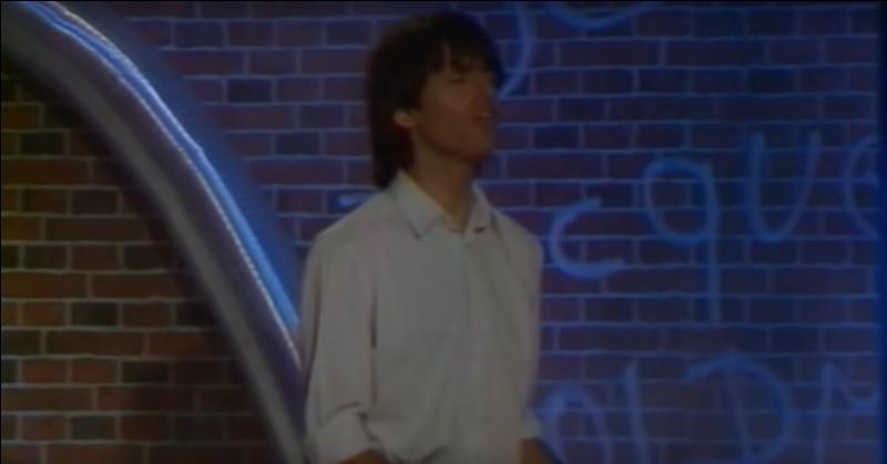 Sur ce clip dans une ruelle sombre, Goldman chante l'une de ses chansons les plus impressionnantes, chanson où il aimerait être loin de cette fatalité qui colle à sa peau. Quel titre interprétait-il sur ce clip ?