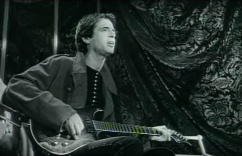 Dans ce clip en N&B, Goldman fredonne qu'il n'oubliera pas le départ, la séparation de l'être cher que ce soit l'aimée ou les gens à la fin de ses concerts. Tout se termine en un au revoir. Quel titre interprétait-il dans ce clip ?