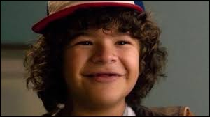 "Qui se moque de Dustin à la fin de la saison 3 en rechantant la chanson ""Stoooooorrrryyyyyy"" ?"
