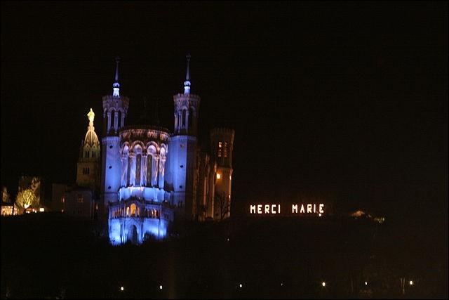 """Durant quel mois se déroule """"La fête des lumières"""" à Lyon ?"""