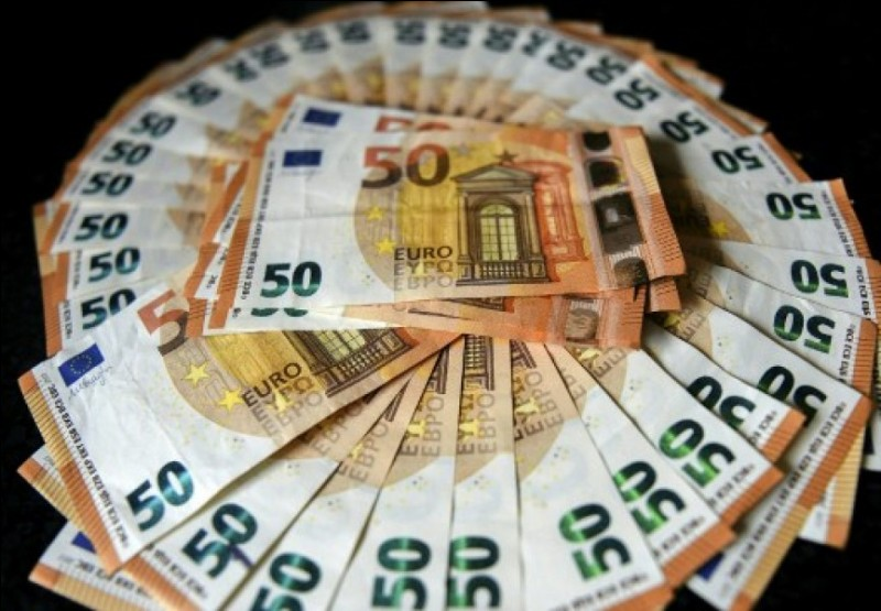 Le montant total des achats d'un client est de 1990 euros.Peut-il payer la totalité en espèce ?