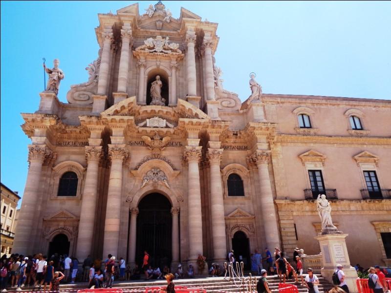 Cette cathédrale présente la particularité d'avoir une façade à colonnes, à l'image d'un temple grec. Elle est aussi bâtie sur les ruines d'un temple grec. Quelle est cette ville sicilienne ?