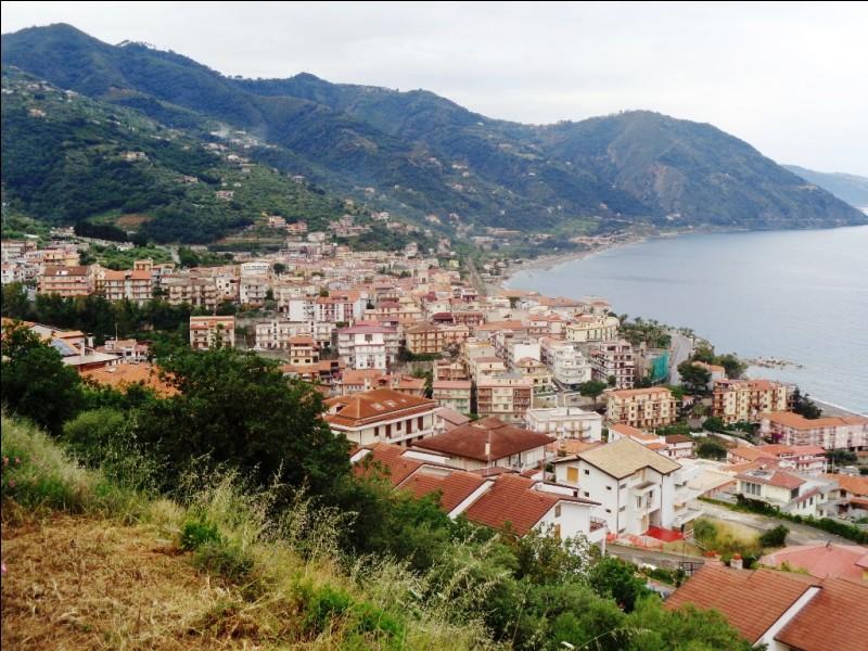 Quelle région italienne est séparée de la Sicile par le détroit de Messine ?