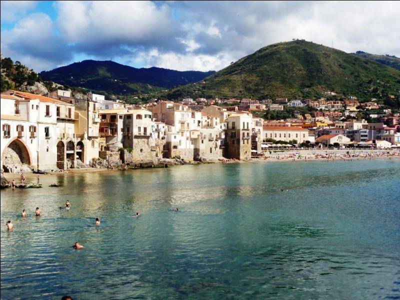 """Quelle est cette ville médiévale et station balnéaire du nord de la Sicile qui a accueilli le premier établissement du """"Club Med"""" et attire toujours aujourd'hui de nombreux touristes français ?"""