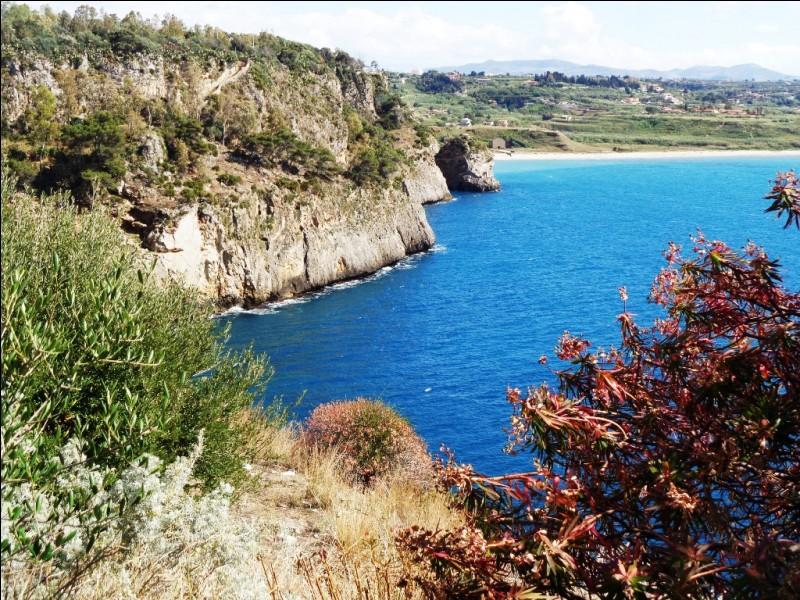 Quel est cet archipel situé à l'Ouest de la Sicile, réputé pour la beauté de ses criques et de ses grottes marines ?
