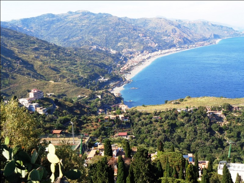 Quelle est cette ville, la plus touristique de Sicile, qui tire sa renommée de son théâtre antique offrant de superbes vues sur la baie et sur l'Etna ?