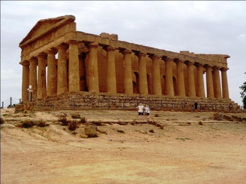 Près de quelle ville sicilienne situez-vous le site archéologique de la Vallée des Temples, abritant notamment le temple de Junon, le temple de la Concorde et les Colonnes d'Hercule ?