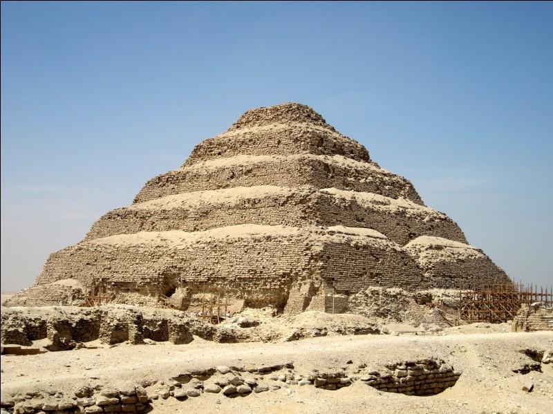 À quoi sert le mastaba situé ordinairement en haut des pyramides, dont celle de Djéser sur la nécropole de Saqqarah ?