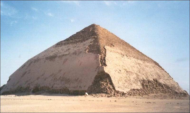 Quelle est la particularité de la pyramide de Dahchour ?