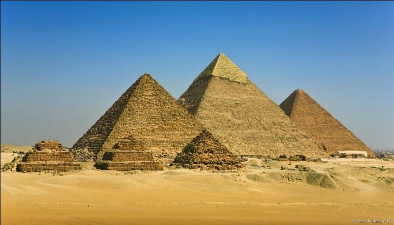 Parmi les trois grandes pyramides de Gyzeh, laquelle possède encore un peu de son revêtement en calcaire ?
