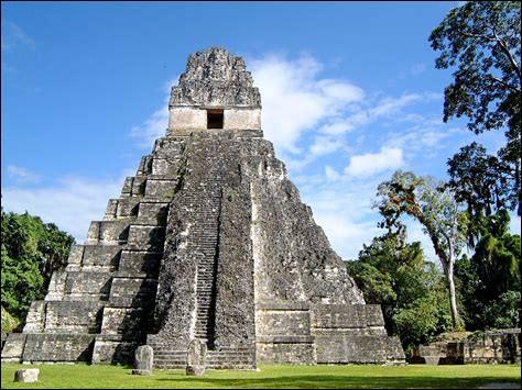 La pyramide de Tikal comporte 9 degrés, pourquoi ?