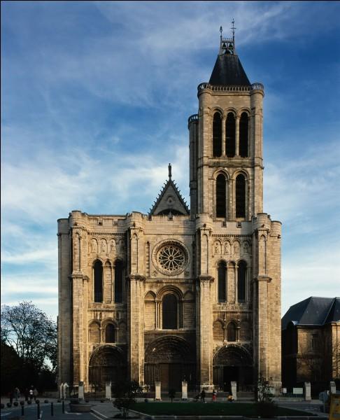 """Quelle cathédrale est considérée comme la première de style """"gothique"""" ?"""