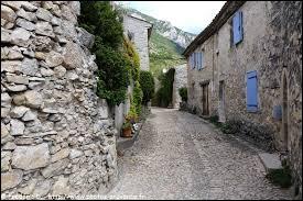 Nous flânons dans une rue de Curel. Petit village Bas-Alpin de 57 habitants, il se situe en région ...