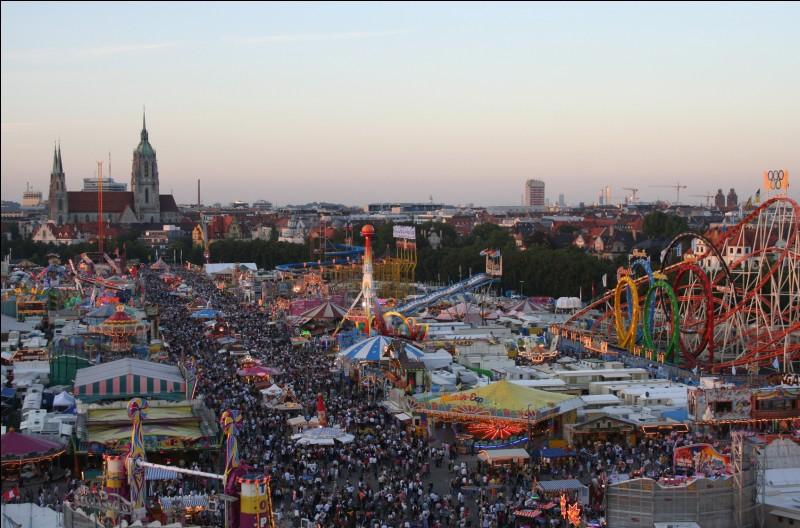 Quelle est cette ville allemande célèbre pour sa fête de la bière ?