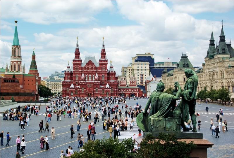 Dans quelle ville européenne peut-on voir cette fameuse place Rouge ?